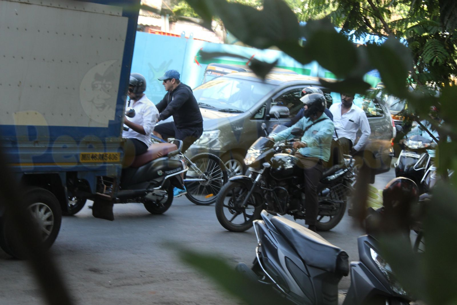 247935d47 On Wednesday, Salman Khan decided to ditch his gym and went cycling on the  streets of Mumbai. As expected, his fans could not wait to see the star, ...