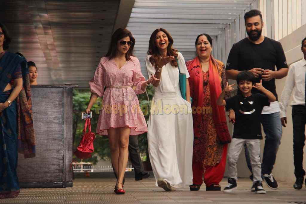 Family Day Out for Akshay Kumar and Shilpa Shetty
